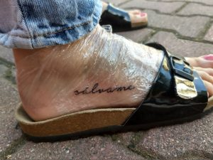 Zrobić sobie tatuaż na stopie – napis sálvame - Marzenie 37.